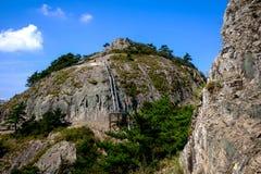 Blauer Himmel, felsige Bergspitze Stockfotos