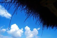 Blauer Himmel gebildet von den Strohen Stockbild