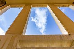 Blauer Himmel gesehen Fenster vom im Freien in der orange Farbe Lizenzfreie Stockbilder