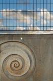 Blauer Himmel hinter Gittern Stockfotografie