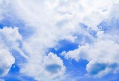 Blauer Himmel klar mit der Wolkenkunst der Natur schön lizenzfreie stockbilder