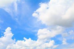Blauer Himmel klar mit der Wolkenkunst der Natur schön und Kopienraum lizenzfreies stockfoto