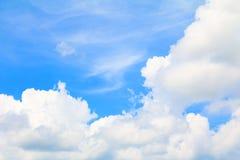 Blauer Himmel klar mit der Wolkenkunst der Natur schön und Kopienraum stockbilder