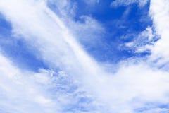 Blauer Himmel klar mit Wolke in der Sommerkunst der Natur schön lizenzfreie stockbilder