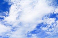 Blauer Himmel klar mit Wolke in der Sommerkunst der Natur schön lizenzfreies stockbild