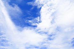 Blauer Himmel klar mit Wolke in der Sommerkunst der Natur schön stockfoto