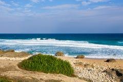 Blauer Himmel, Meer und Felsen Lizenzfreie Stockfotos