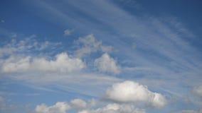 Blauer Himmel mit beweglichen Wolken umgebung stock video