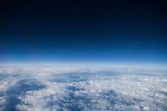 Blauer Himmel mit cloudes Stockbild