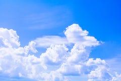 Blauer Himmel mit der Wolke, die klar ist, die Kunst der Natur schön und der Kopienraum für addieren Text Lizenzfreies Stockfoto