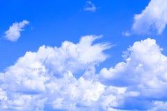 Blauer Himmel mit der Wolke, die klar ist, die Kunst der Natur schön und der Kopienraum für addieren Text Lizenzfreies Stockbild