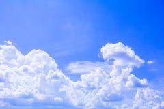 Blauer Himmel mit der Wolke, die klar ist, die Kunst der Natur schön und der Kopienraum für addieren Text Lizenzfreie Stockfotos