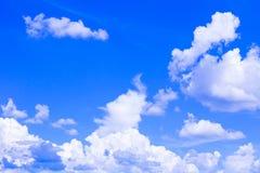 Blauer Himmel mit der Wolke, die klar ist, die Kunst der Natur schön und der Kopienraum für addieren Text Lizenzfreie Stockfotografie