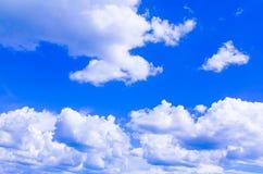 Blauer Himmel mit der Wolke, die klar ist, die Kunst der Natur schön und der Kopienraum für addieren Text Lizenzfreie Stockbilder