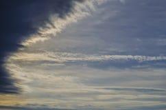 Blauer Himmel mit dunklen Wolken Stockfotos