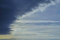 Blauer Himmel mit dunklen Wolken Lizenzfreies Stockfoto