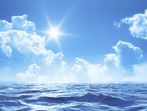 Blauer Himmel mit einigen Wolken und der Sonne über dem Ozean Lizenzfreie Stockfotos
