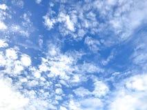 Blauer Himmel mit etwas Wolkenmobilephotographie Lizenzfreies Stockfoto