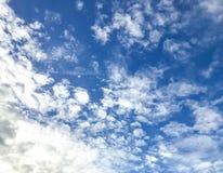 Blauer Himmel mit etwas Wolkenmobilephotographie Stockbild