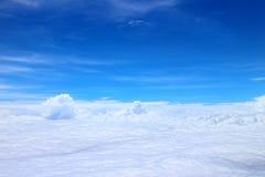 Blauer Himmel mit flacher Wolke Lizenzfreies Stockfoto