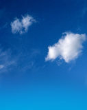 Blauer Himmel mit flaumigen weißen Wolken Stockfoto