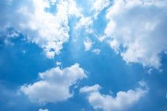 Blauer Himmel mit flaumigen Wolken Lizenzfreie Stockfotografie