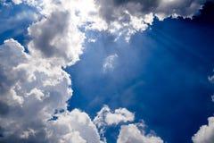 Blauer Himmel mit flaumigen Wolken Lizenzfreie Stockbilder