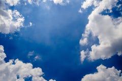 Blauer Himmel mit flaumigen Wolken Stockbild