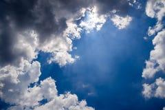 Blauer Himmel mit flaumigen Wolken Stockfotografie