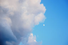 Blauer Himmel mit flaumigen Wolken und ein kleines Wartung einen Monat Stockbild