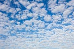 Blauer Himmel mit fleecy Wolken lizenzfreies stockbild