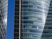 Blauer Himmel mit Gebäuden Stockfoto