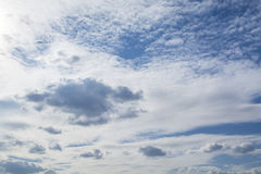 Blauer Himmel mit gelockten Wolken, Lizenzfreie Stockfotografie