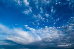 Blauer Himmel mit gelockten Wolken, Lizenzfreie Stockbilder