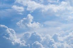 Blauer Himmel mit gelockten Wolken, Stockfotos