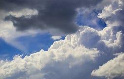 Blauer Himmel mit gelockten Wolken, Stockbild