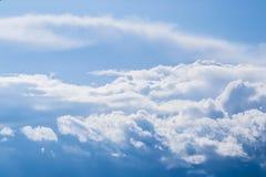 Blauer Himmel mit gelockten Wolken, Lizenzfreie Stockfotos