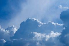 Blauer Himmel mit gelockten Wolken, Stockfotografie