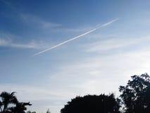 Blauer Himmel mit gerader Wolke Stockfotografie