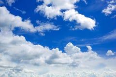 Blauer Himmel mit großem Wolken backcground Stockbilder