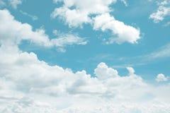 Blauer Himmel mit großem Wolken backcground Lizenzfreies Stockfoto