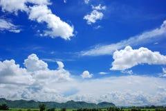 Blauer Himmel mit großem Wolken bakcground Lizenzfreie Stockfotografie