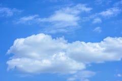 Blauer Himmel mit großen weißen Wolken Lizenzfreie Stockfotografie