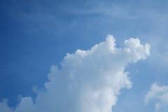 Blauer Himmel mit großen Wolken Stockfoto