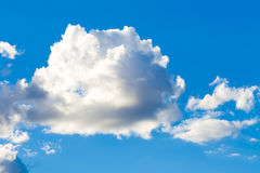 Blauer Himmel mit großer Wolke. Lizenzfreies Stockbild