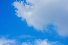 Blauer Himmel mit großer Wolke Stockbild