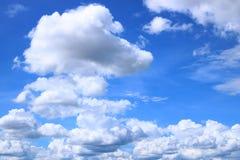 Blauer Himmel mit Kumuluswolke Lizenzfreies Stockfoto