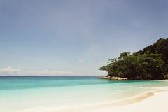 Blauer Himmel mit Meer und Strand Stockbild