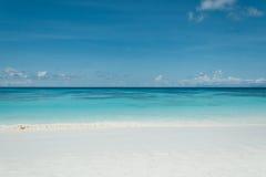 Blauer Himmel mit Meer und Strand Lizenzfreie Stockbilder