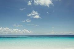 Blauer Himmel mit Meer und Strand Stockfotografie
